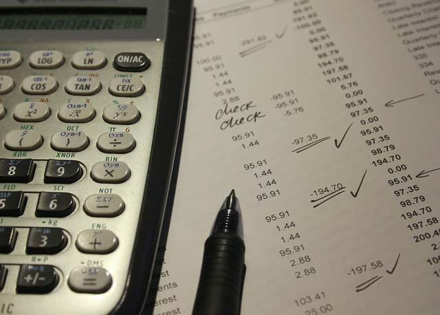 dokumenty finansowe i kalkulator