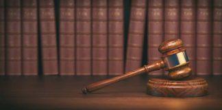 młotek sędziowski na podkładce